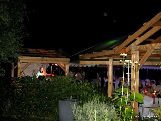 Ambiance de nuit vu du jardin avec le DJ en pleine action