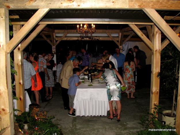 Buffet de soirée fromages et fruits toujours très apprécé pour reprendre des forces pour la danse